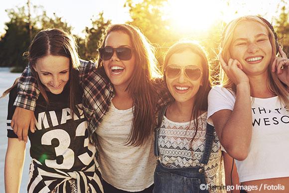 Vier Mädchen freuen sich über Kupferkette.