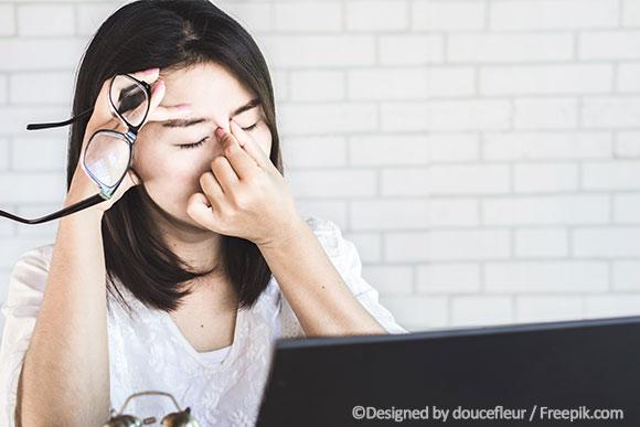 Frau mit Kontraindikation für Hormone: Migräne
