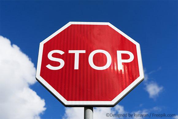 Kontraindikationen-Stopp-Schild vor blauem Himmel