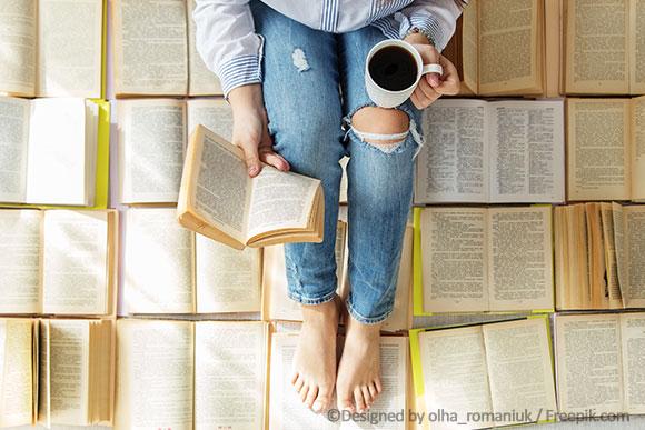 Frau sitzt auf Büchern und liest Spiralen-lexikon.